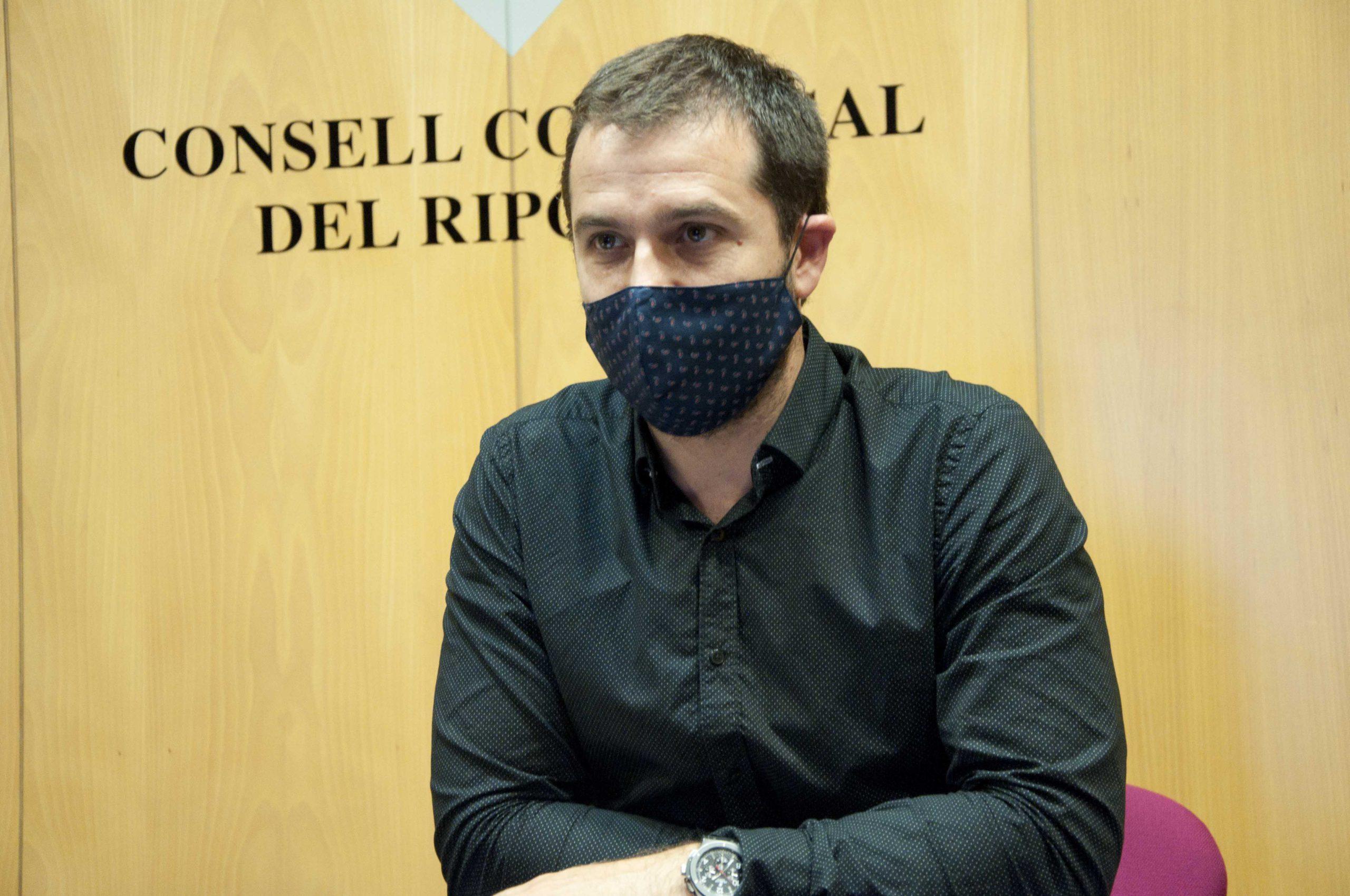 El president, Joaquim Colomer, amb màscara, en una roda de premsa