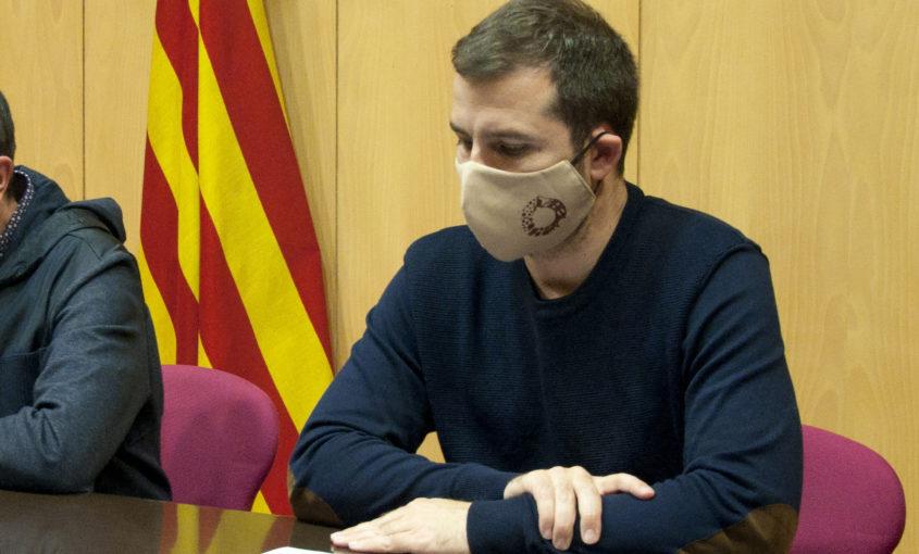 Imatge del president, Joaquim Colomer, amb una màscara amb el logotip turístic del Ripollès