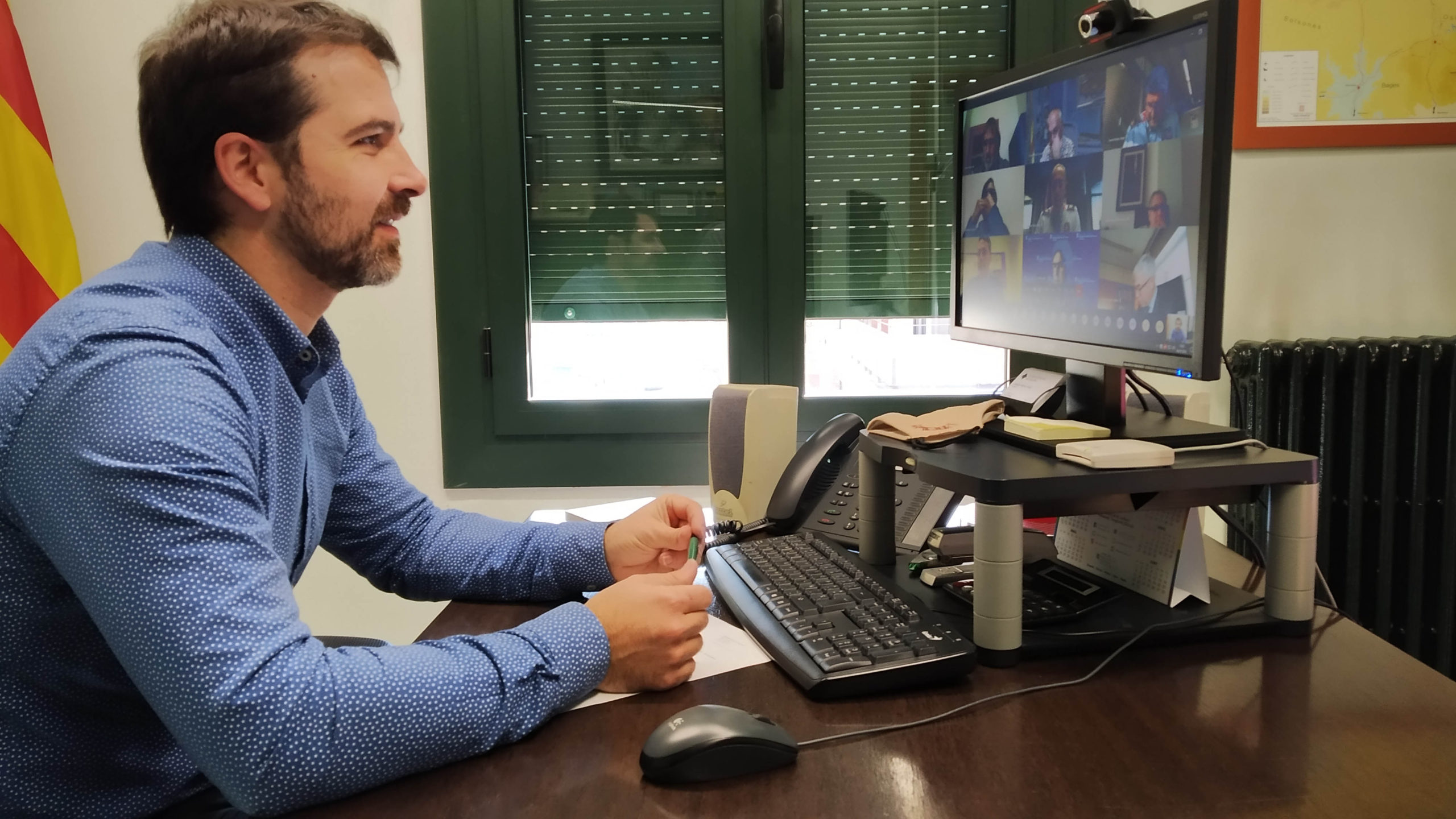Joaquim Colomer, davant l'ordinador, en reunió telemàtica amb la Generalitat i els alcaldes