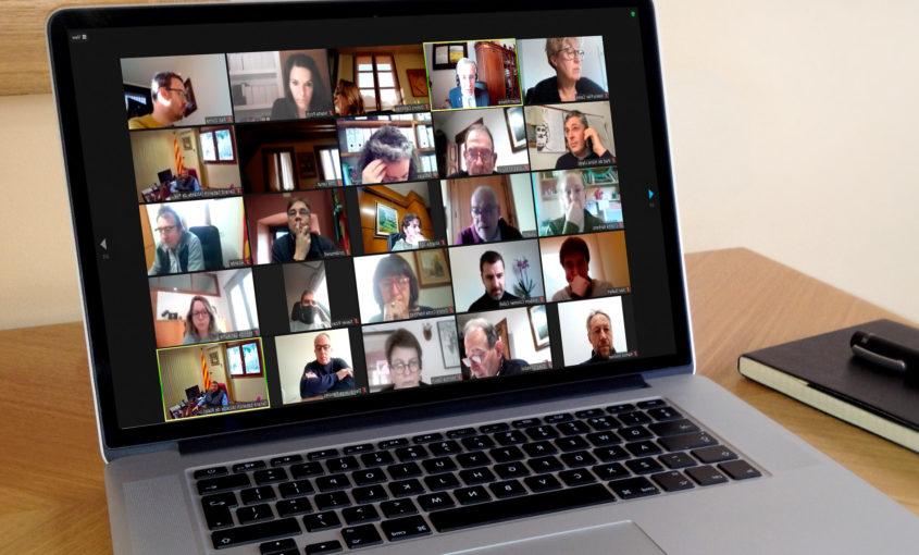 Fotografia d'un ordinador on es veuen diversos electes en videoconferència