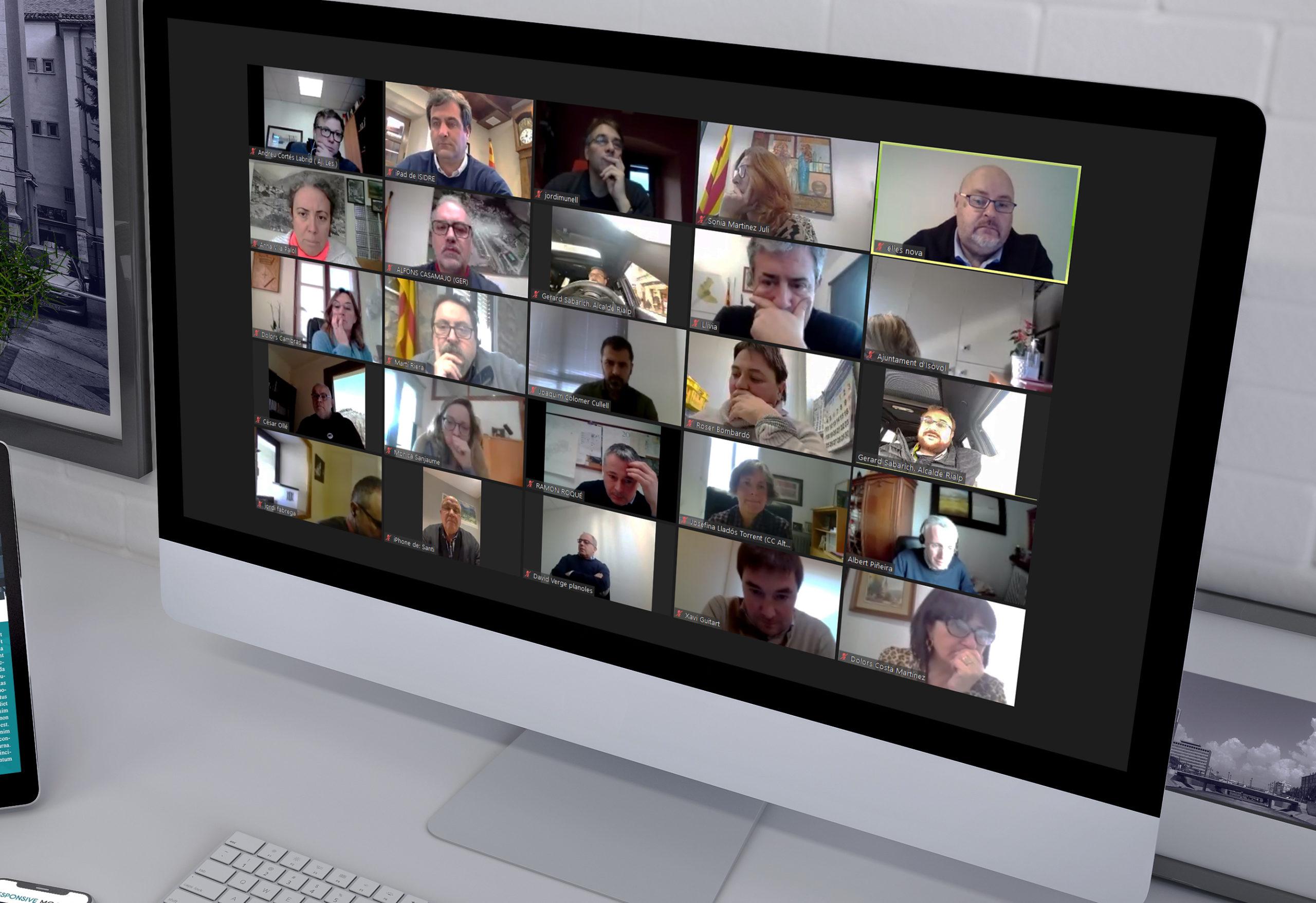 imatge d'un ordinador on es veu la reunió telemàtica d'electes del Pirineu