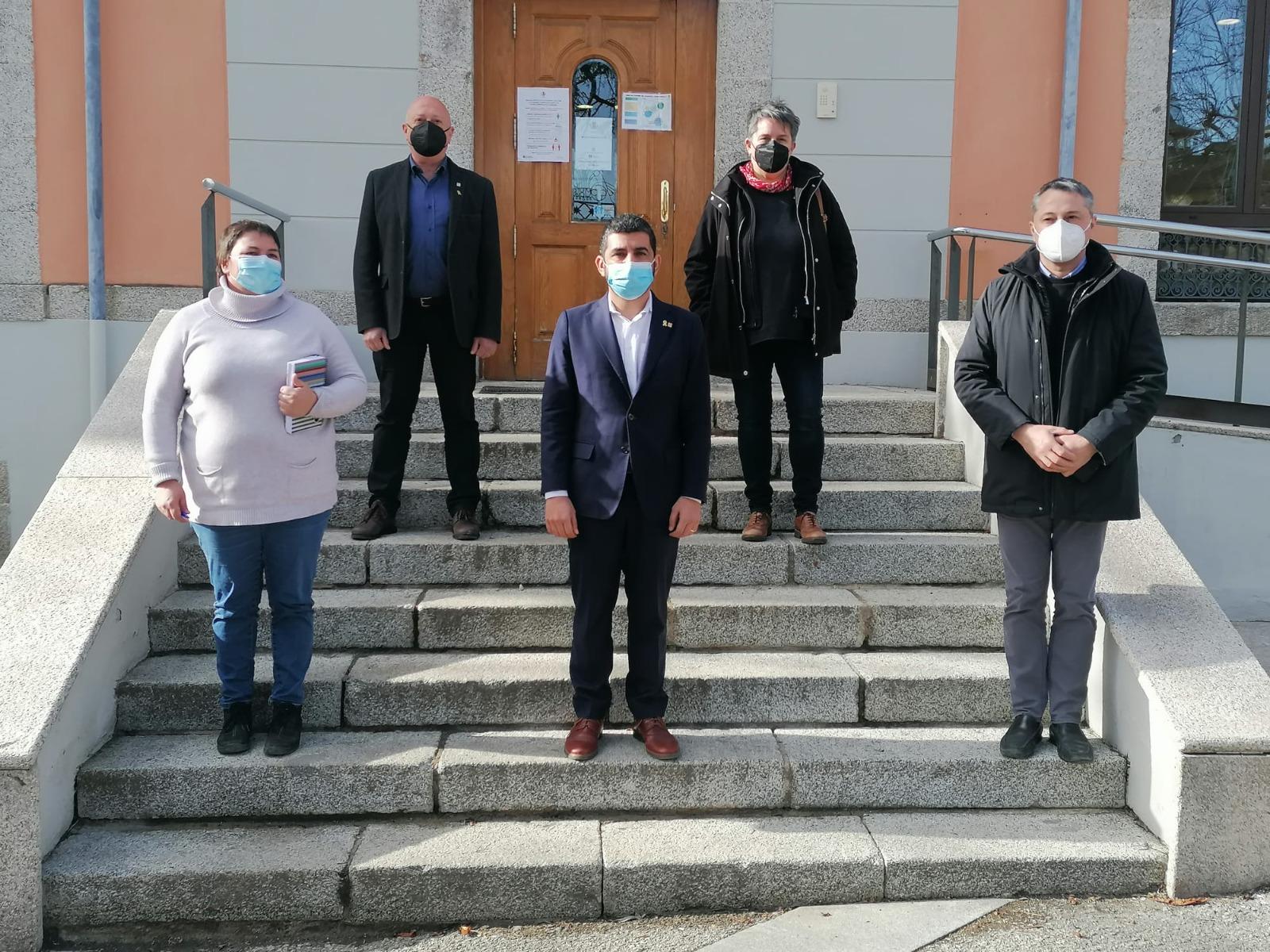 El vicepresident, Ramon Roqué; la presidenta del Consell Comarcal de la Cerdanya, Roser Bombardó; i el conseller de Treball, Chakir el Homrani, a les escales del Consell Comarcal de la Cerdanya