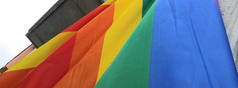 Detall de la bandera LBBTI penjada al balcó del Consell Comarcal del Ripollès