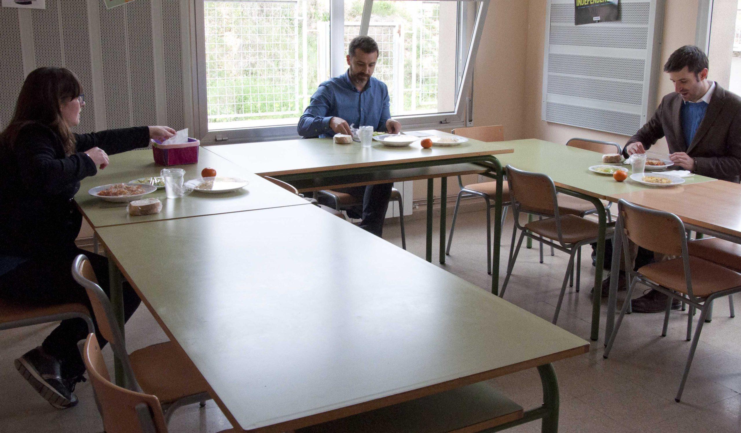 El president, Joaquim Colomer, dinant al menjador escolar del centre d'educació especial Ramon Suriñach