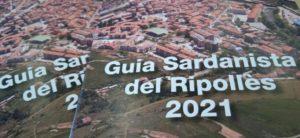 Imatge amb un pla molt tancat de dues guies sardanistes del Ripollès del 2021