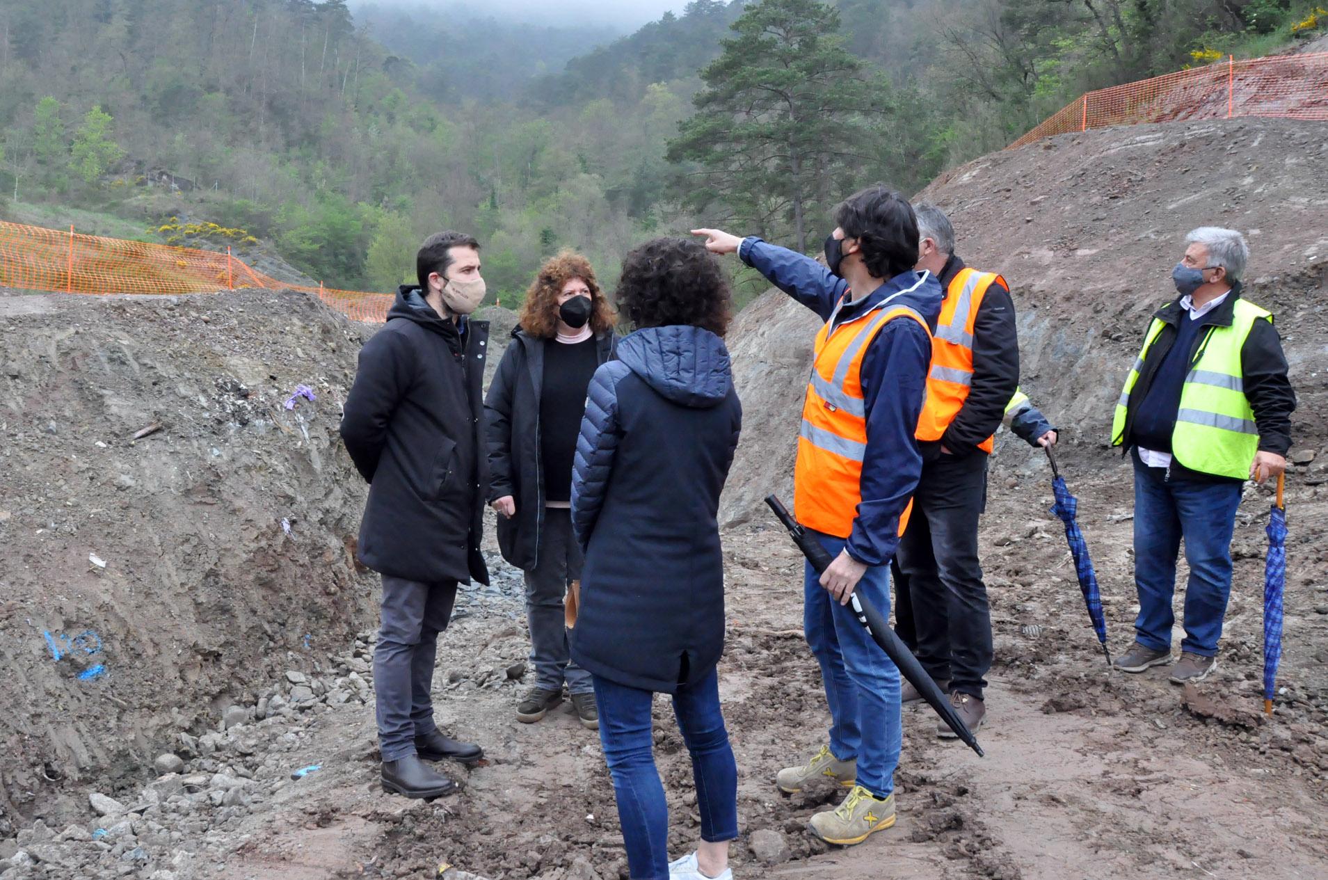 El president, Joaquim Colomer, i la consellera Imma Constans, envoltats de tècnics visitant les obres de les canalitzacions de l'abocador