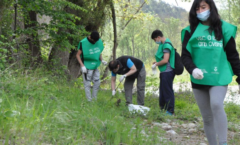 Alumnes de l'INS Abat Oliba de Ripoll i el president, Joaquim Colomer, recollint deixalles del riu Ter a Ripoll