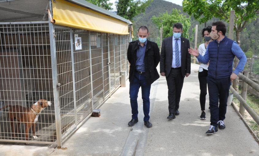 El president, Joaquim Colomer, i el vicepresident Enric Pérez, acompanyen el president de la Diputació de Girona, Miquel Noguer, durant la visita al Refugi d'Animals del Ripollès