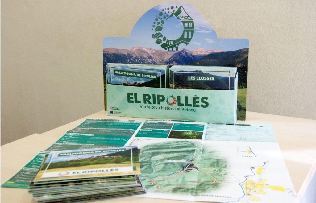 Fotografia dels nous fullets turístics del Ripollès