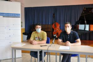 El director de l'Escola comarcal de música del Ripollès, Jordi Pau, i el president del Consell Comarcal del Ripollès, Joaquim Colomer, durant la roda de premsa de presentació del curs 2021-2022
