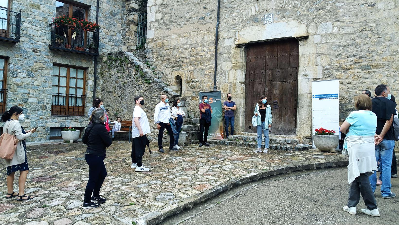 Imatge d'una de les activitats de descoberta del Ripollès 5 Sentits del 2021, davant l'església de Vilallonga de Ter