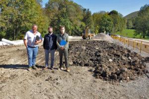 El president, Joaquim Colomer, i l'alcalde de Camprodon, Xavier Guitart, visitant les obres de l'aparcament de la Font Nova